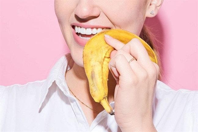 cách làm trắng răng tại nhà bằng vỏ chuối
