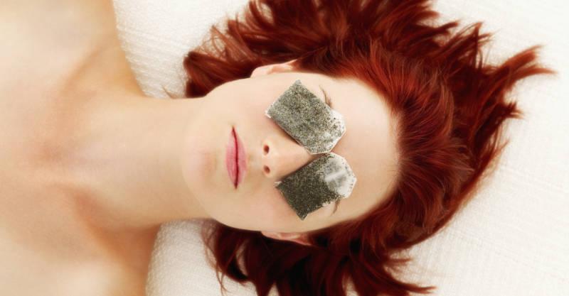Cách xóa nhăn vùng mắt bằng túi trà - ảnh: internet